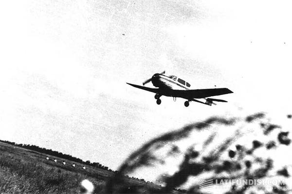 Самолет экипажа Андрея Бескорсого над полем