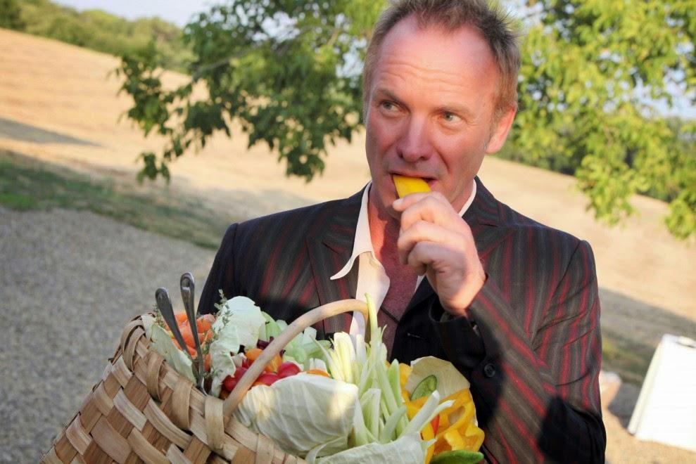 Стинг пробует паприку со своего огорода