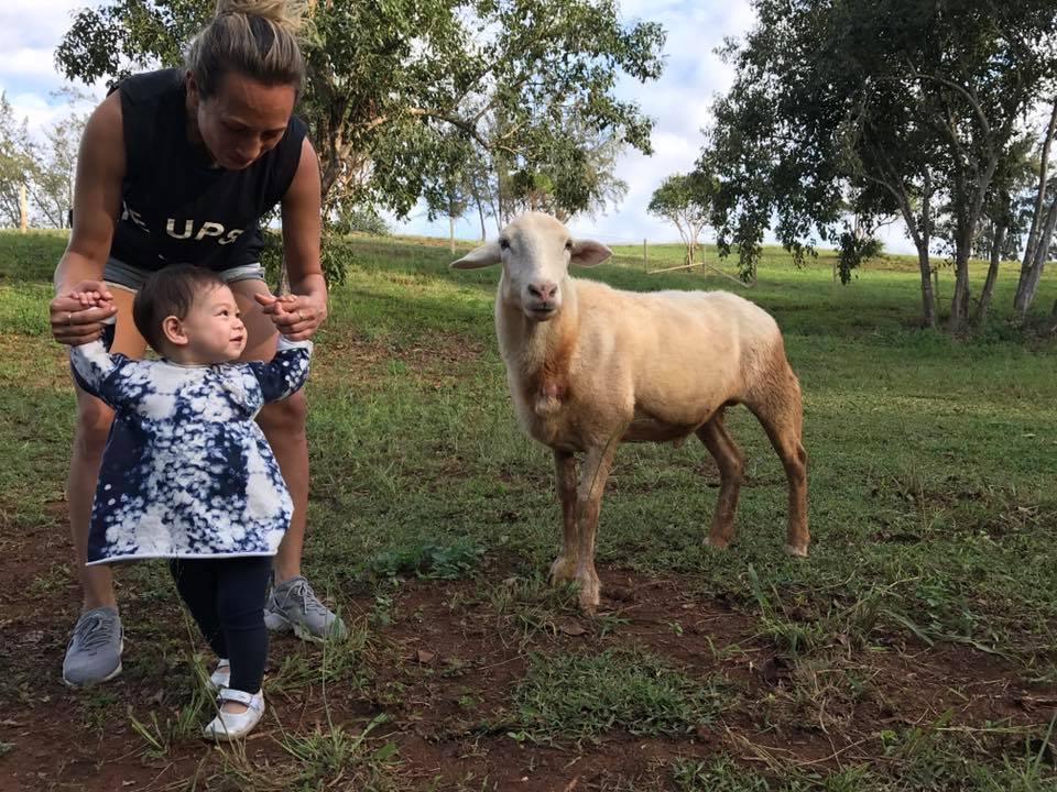 Макс, дочь Марка Цукерберга, на ферме на Гавайях