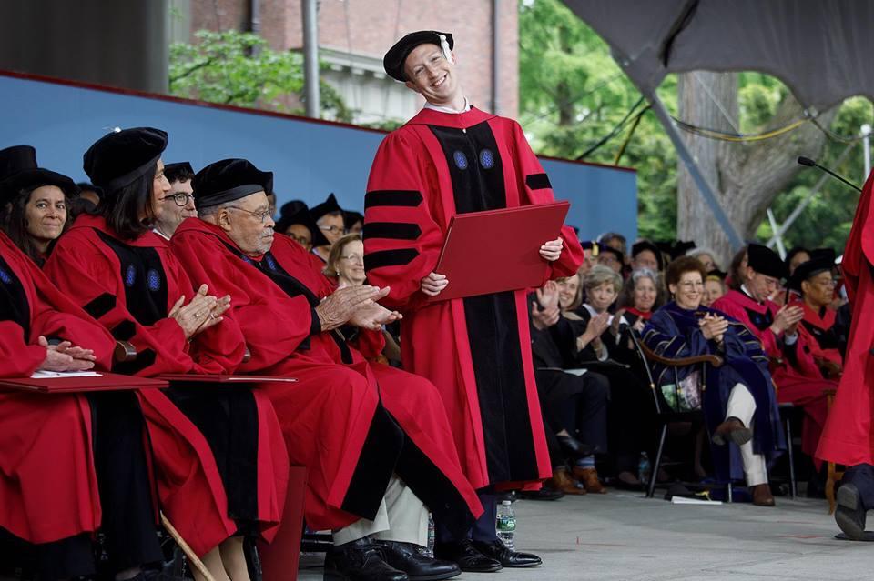Марк Цукерберг на церемонии вручения дипломов в Гарварде