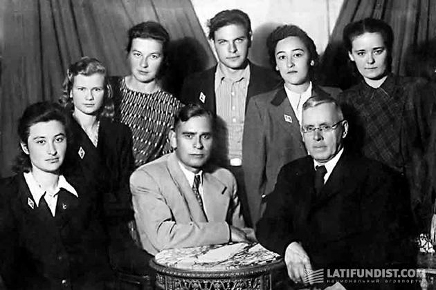 Профессор А. Н. Белозерский (в центре) с коллегами (1950 год)