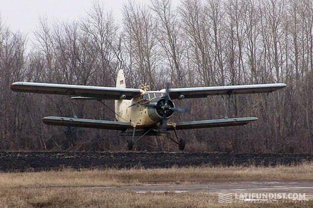 Ан-2 на работах по внесению минеральных удобрений
