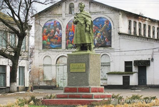 Памятник Богдану Хмельницкому на месте, где располагалась Никитинская Сечь