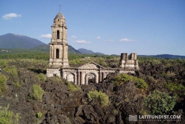 Колокольня, возвышающаяся над полем застывшей лавы, напоминает о том, что здесь был городок Сан-Хуан-Парангарикутиро