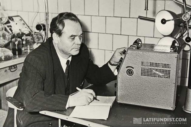 Пётр Антипович Власюк в лаборатории