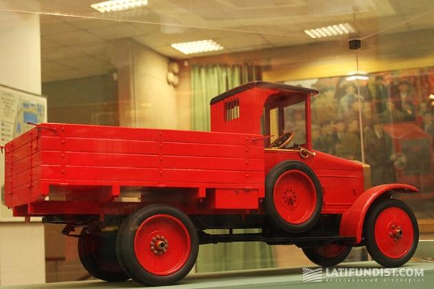 АМО-Ф15, созданный на базе ФИАТ-15Ter. Красными были первые экземпляры, подготовленные для парада. Серийные грузовики окрашивали в тёмно-зелёный цвет.
