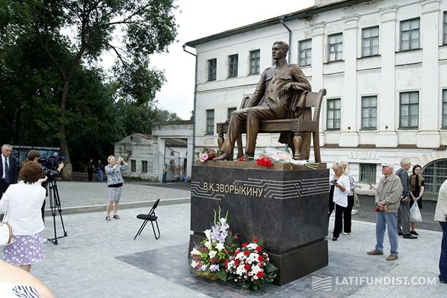 Памятник В.К. Зворыкину в Муроме