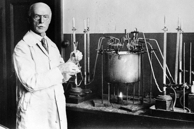Сэр Артур Гарден в лаборатории