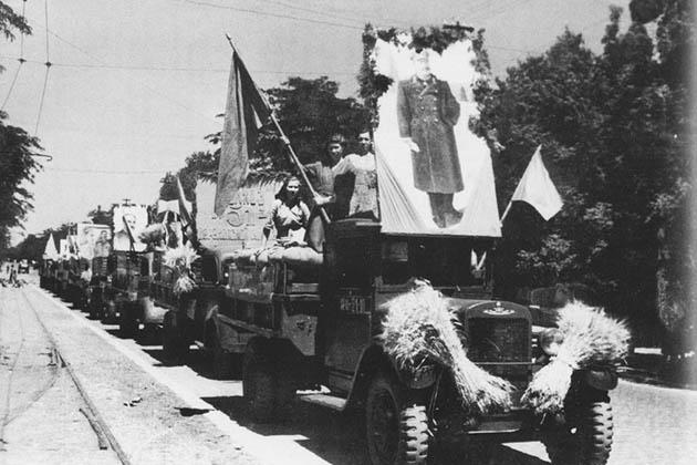 Колонна с хлебом направляется на элеватор. Одесская обл., 1947г.