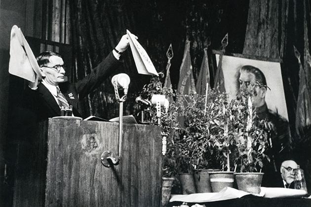 На сессии ВАСХНИЛ академик Т. Лысенко объявляет генетику лженаукой и продажной девкой империализма. 1948 год, впереди еще почти 18 лет мракобесия...
