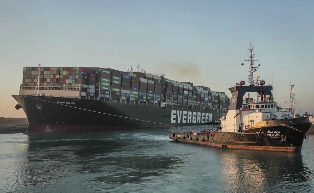 Контейнеровоз Ever Given компании Evergreen, севший на мель в Суэцком канале. Источник фото: apnews.com