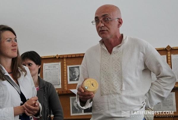 Петр Пригара из Закарпатья водит в свою сыроварню экскурсантов и сбывает им до половины продукции
