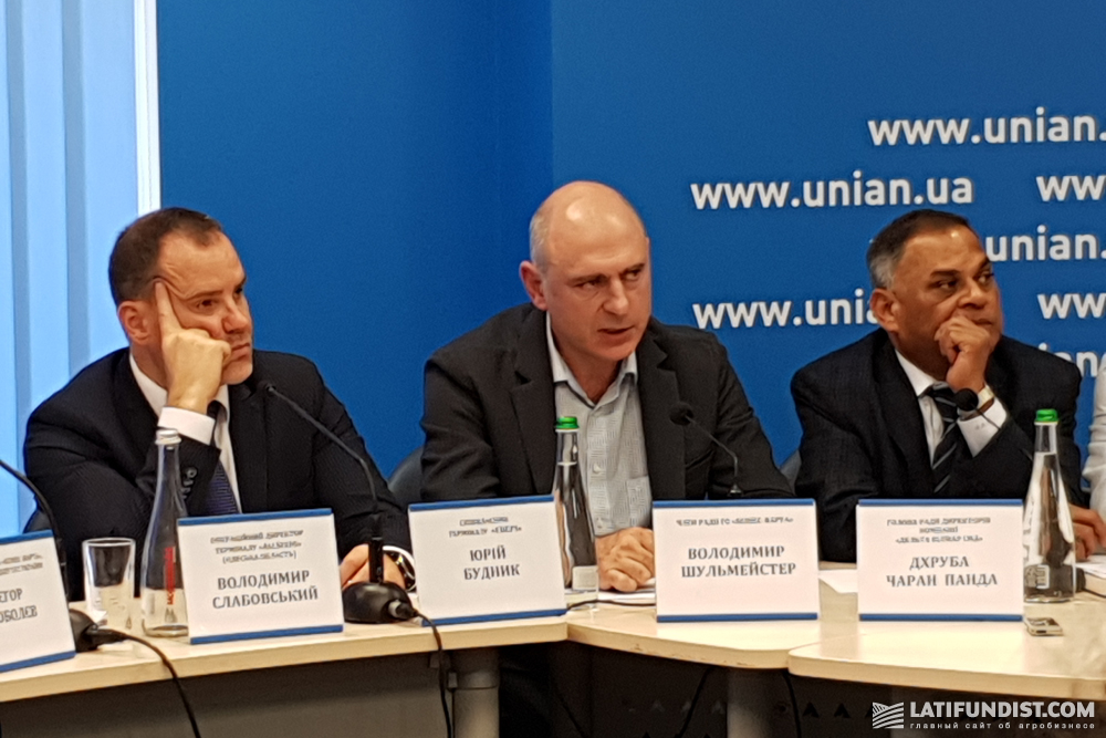 Юрий Будник, совладелец терминала «Эвери» (слева)