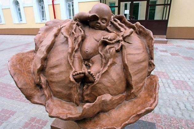 Памятник капусте у входа в Томский роддом
