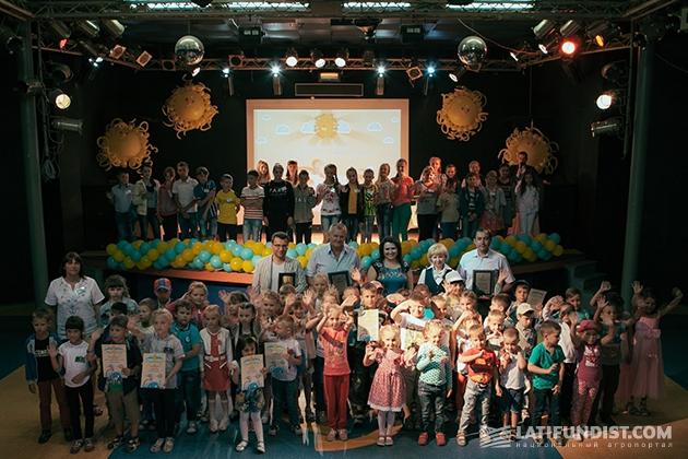 Дети на творческом конкурсу «Мое будущее — с родной землей!»