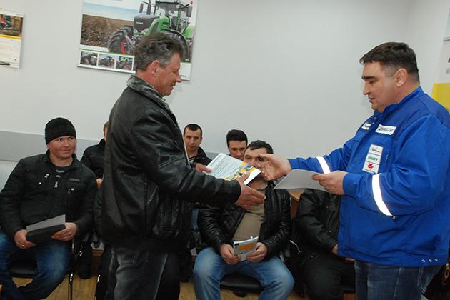 Сервисный специалист компании по Кировоградской области Сергей Гулько вручил сертификаты участникам тренинга