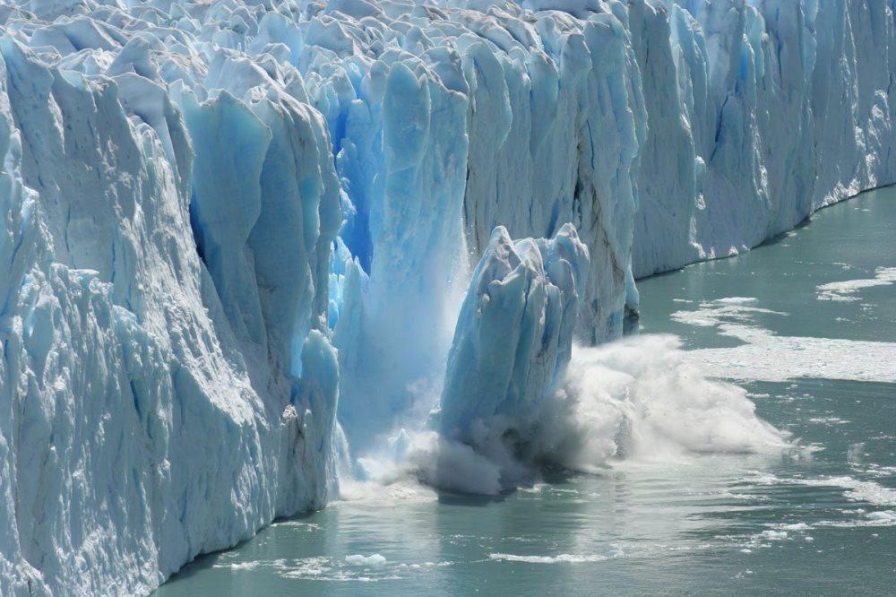 На долю льдов Антарктиды и Гренландии приходится 90,3 и 9,2% (в сумме 99,5%) запасов воды, сосредоточенных во всех ледниках мира.