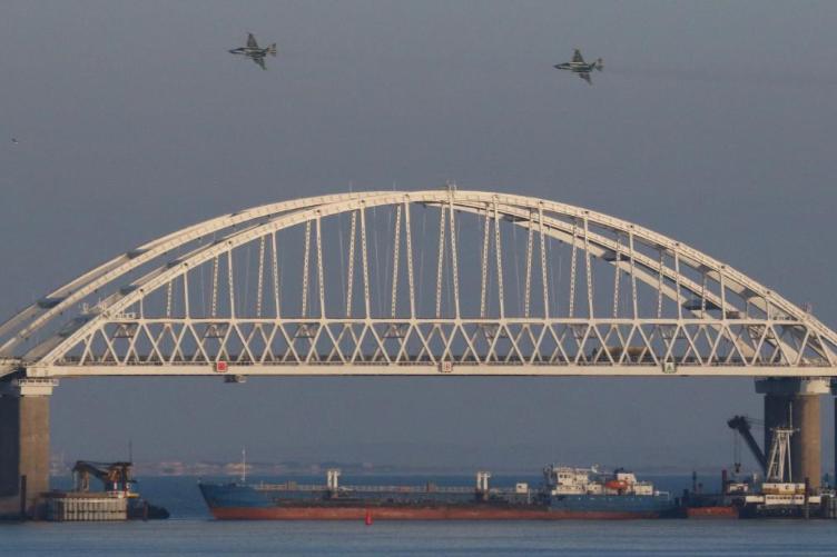 Проход под Крымским мостом был перекрыт сухогрузом. Фото: Reuters