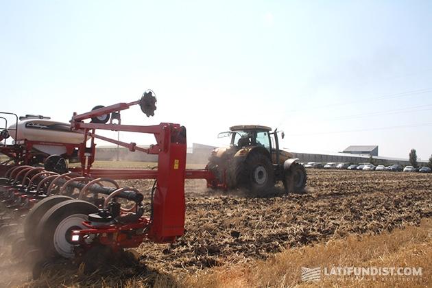 Сеялка точного высева пропашных культур Challenger 8824 и трактор Challenger МТ685D