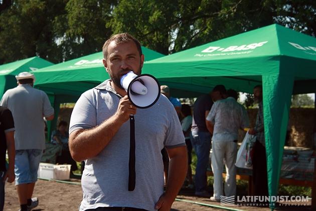Андрей Душейко, руководитель корпорации «Днипро», объявляет об открытии Дня поля