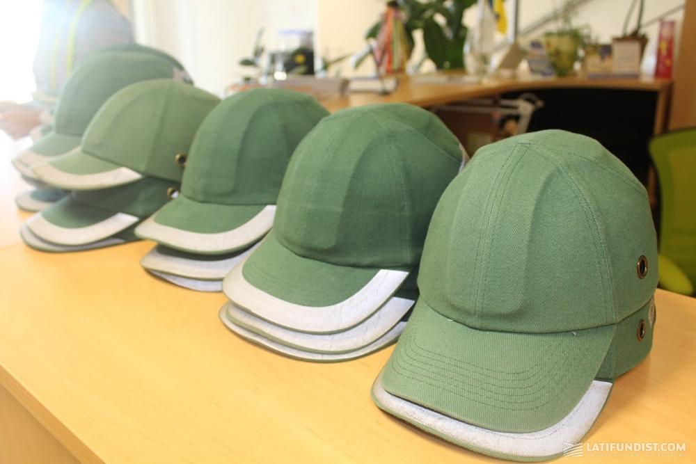 Защитные кепки-каски для любопытных журналистов