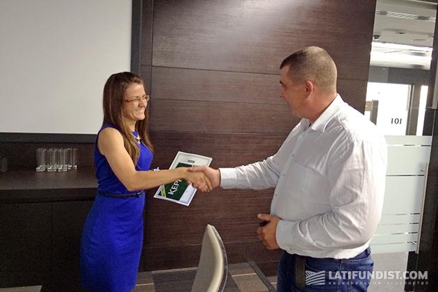 Торжественный и долгожданный момент: победительница «Кернел Шанс» Оксана Глушко получает заслуженную награду