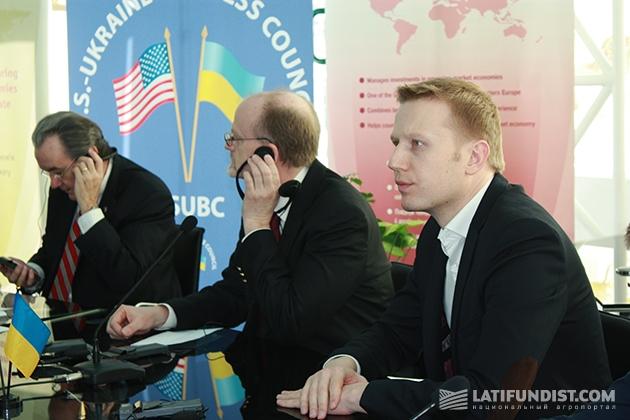 Справа: Игорь Кутовой, генеральный директор John Deere в Украине