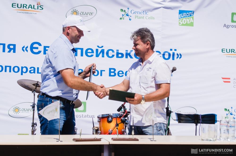 Геннадий Гудзь,  директор компании Genetic Plant Cells подписывает Меморандум с представителем Селекционно-генетического института