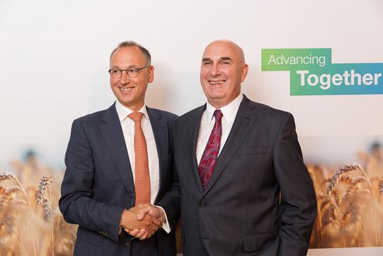Вернер Бауманн (слева), генеральный директор компании Bayer AG и Хью Грант, председатель и главный исполнительный директор компании Monsanto