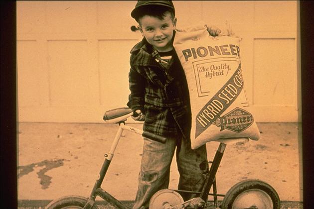 Мальчик с мешком семян компании Pioneer Hi-Bred International