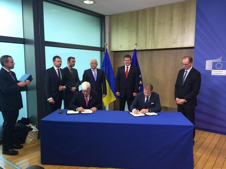 Алексей Вадатурский подписывает кредитный договор с Европейским инвестиционным банком в Брюсселе