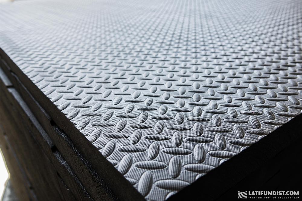 EVA-маты имеют хорошую амортизацию и рельефную поверхность, что обеспечивает антискользящий эффект