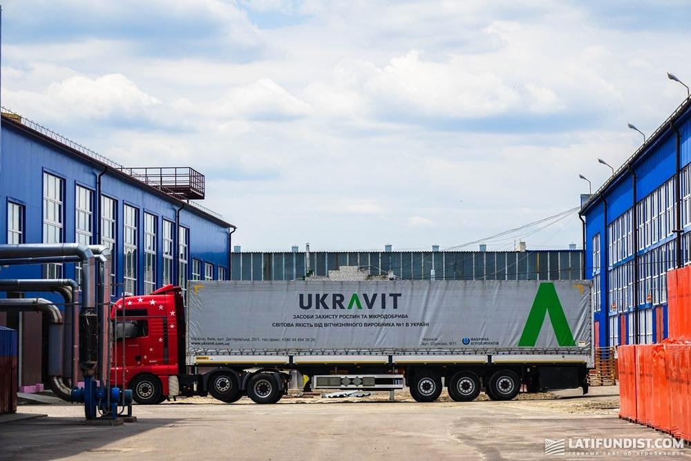 На территории завода UKRAVIT