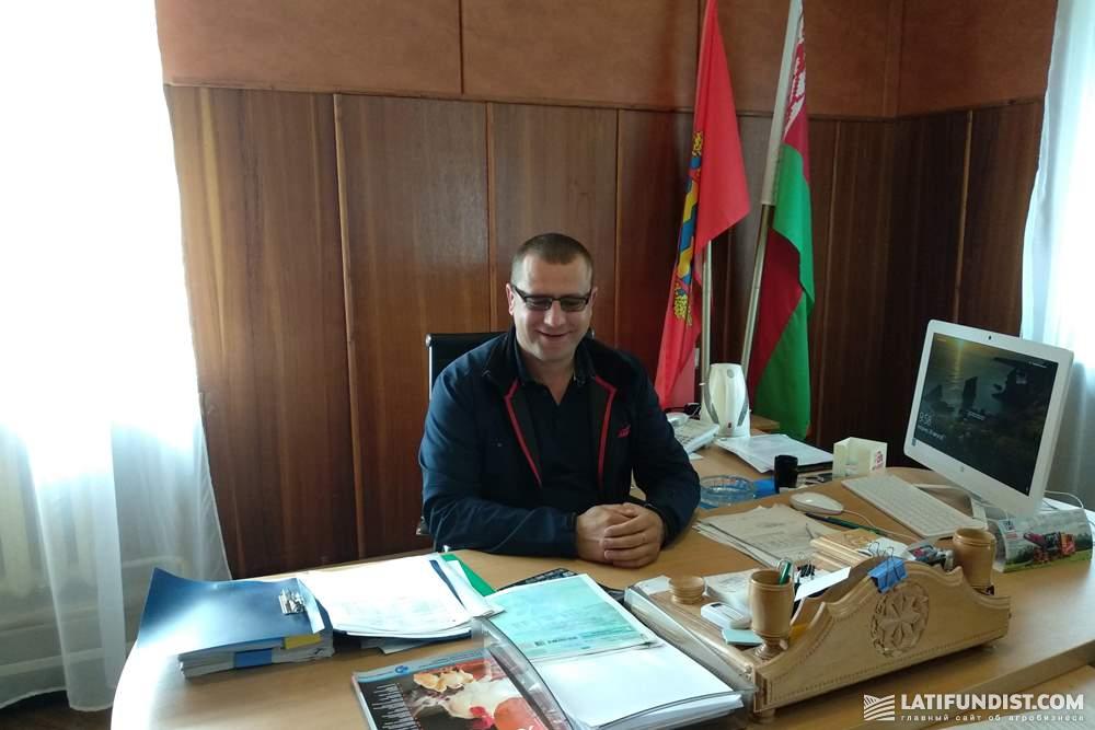 Дмитрий Полещук в своем кабинете