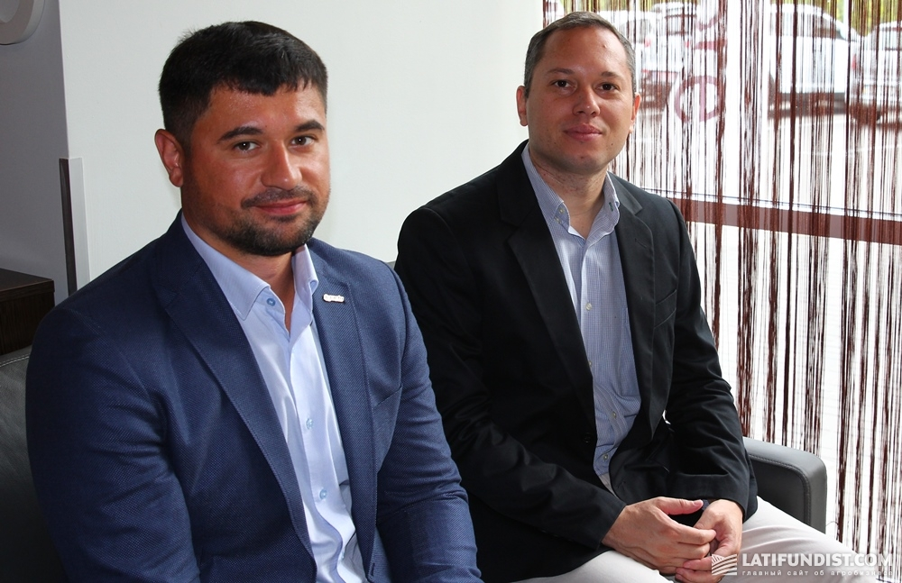 Карлос Энрике Августо (справа) с коллегой