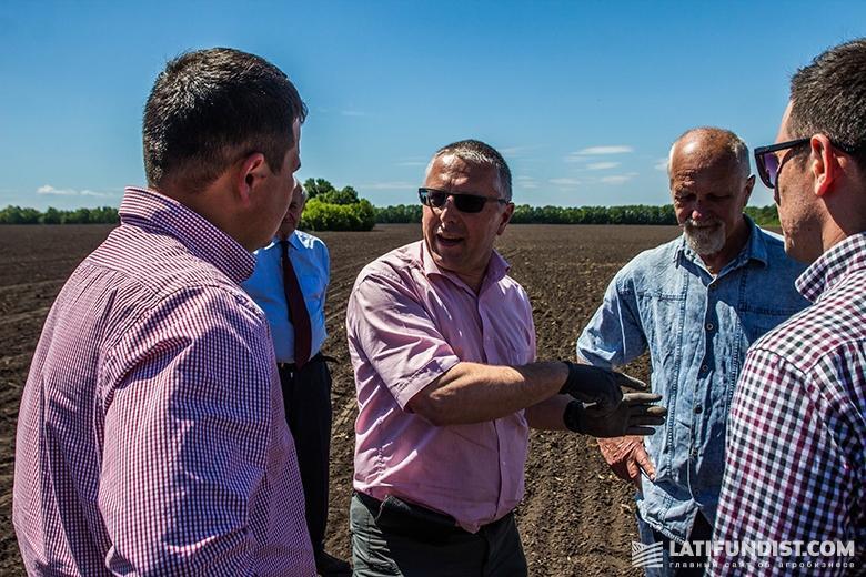 Леопольд Айнбёк общается с представителями компании и журналистами