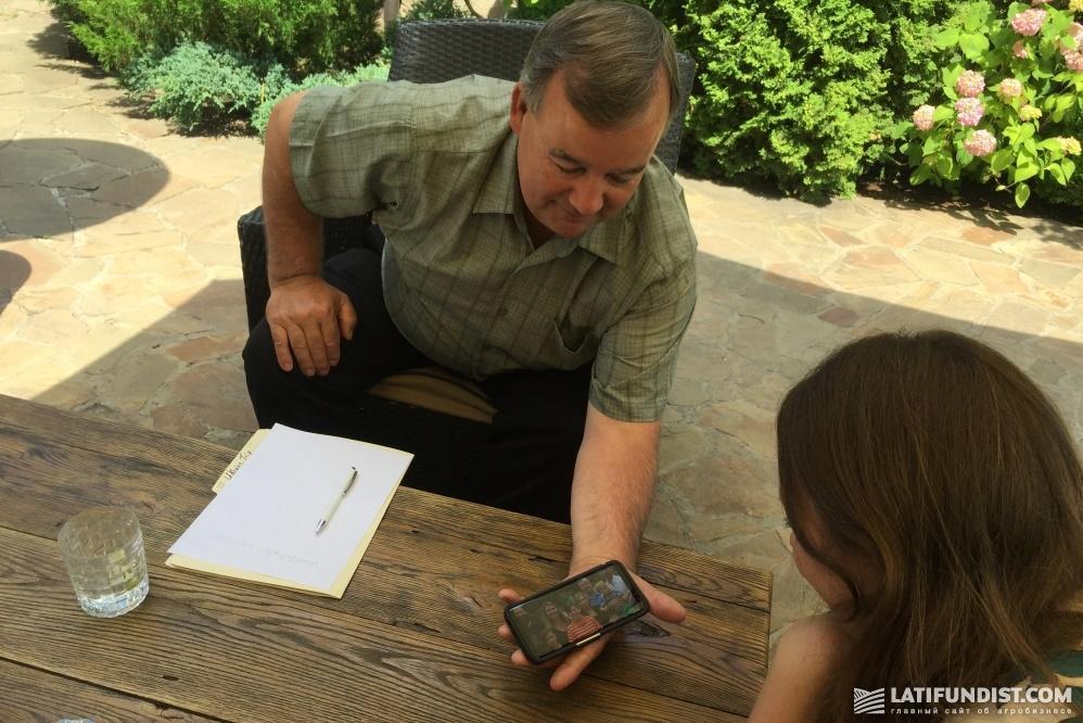 Мартин Вандерлоо показывает фото своей семьи