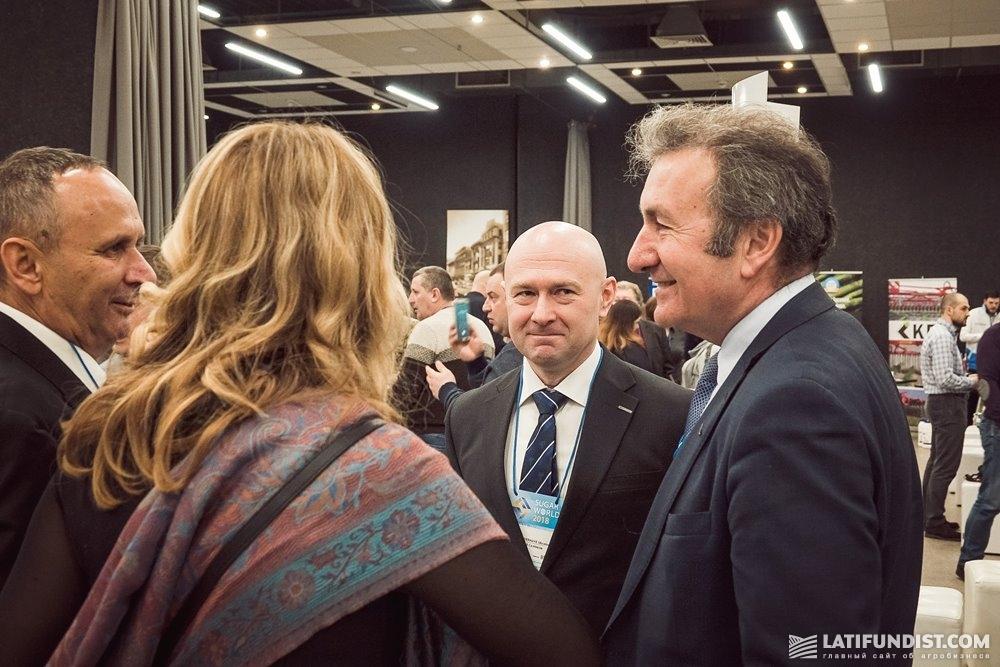 Роб ван Тетеринг (справа) общается с участниками конгресса