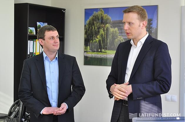 Слева-направо: Сергей Гопкало, руководитель по развитию сервиса в Украине «John Deere Украина», и Игорь Кутовой, генеральный директор «John Deere Украина»