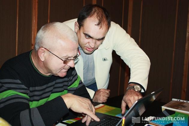 Сергей Бутенко проводит компьютерную презентацию нового продукта Василию Григоренко