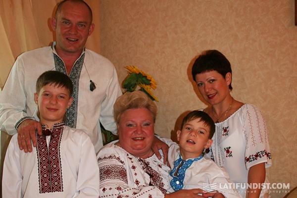 Вера Найденова в окружении семьи