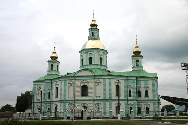У Покровского кафедрального собора Вы невольно замедлите шаг