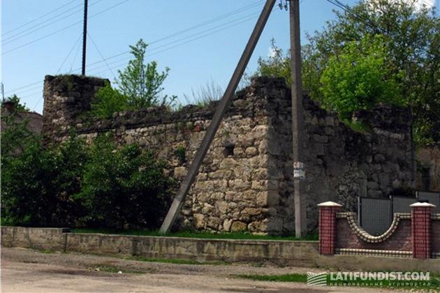 Останки оборонного замка в Озерянах