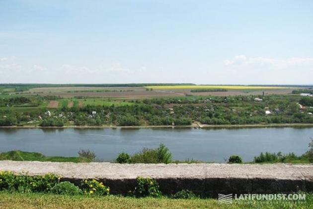 Вид на село Брага от крепости. Днестр прекрасен. На горизонте—- лес