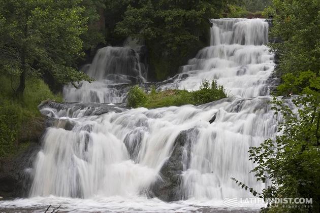 И пусть Джуринский (Червоноградский) водопад чуть поменьше, чем их Ниагара, зато вода в нем холодная-холодная…
