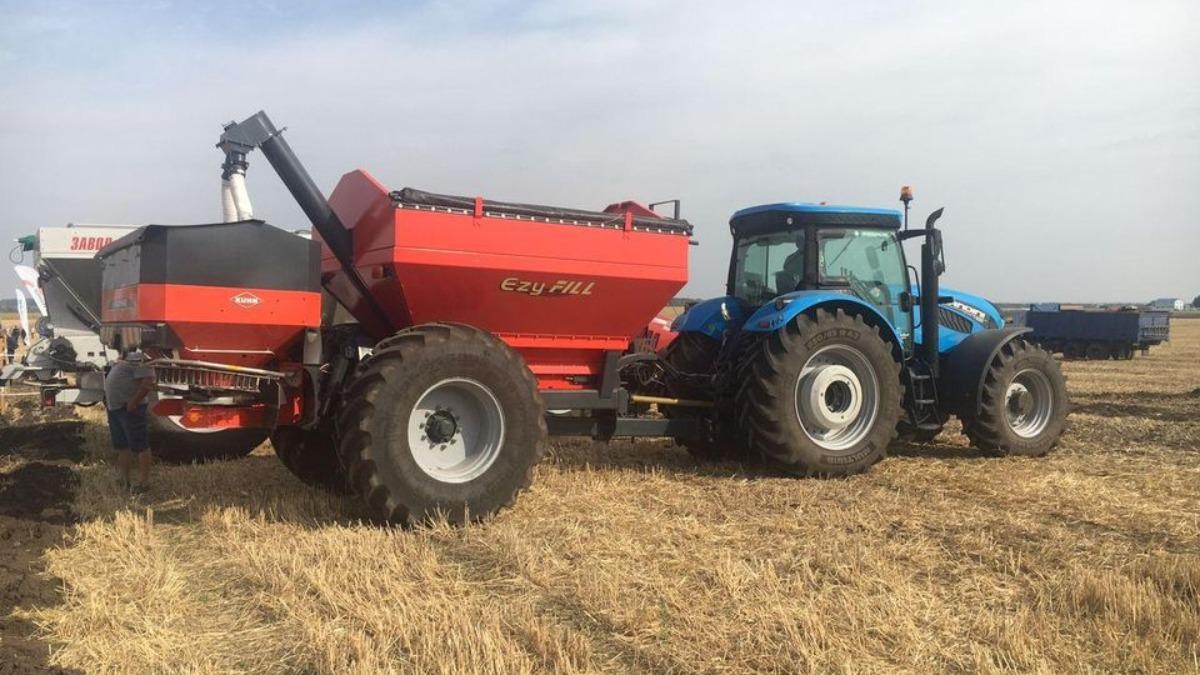 Трактор Landini Dual Power 7-220 в работе с разбрасывателем минеральных удобрений Kuhn Axis 40.2 M-EMC