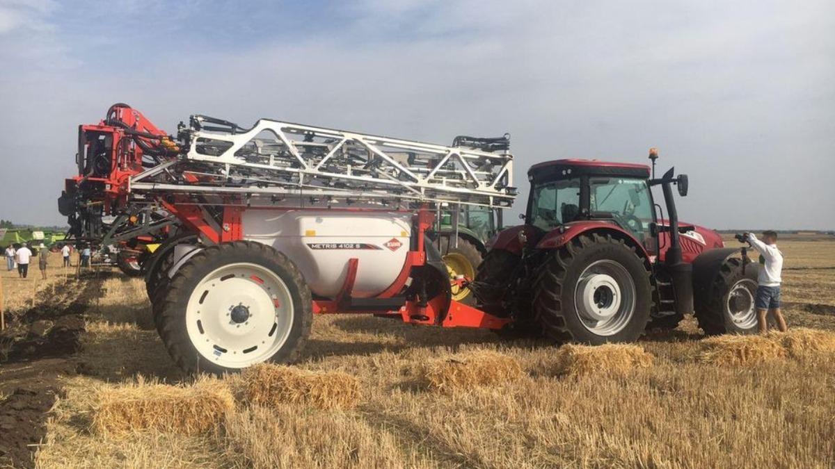 Трактор McCormick X7.670 в работе с прицепным опрыскивателем Kuhn Metris 4102S
