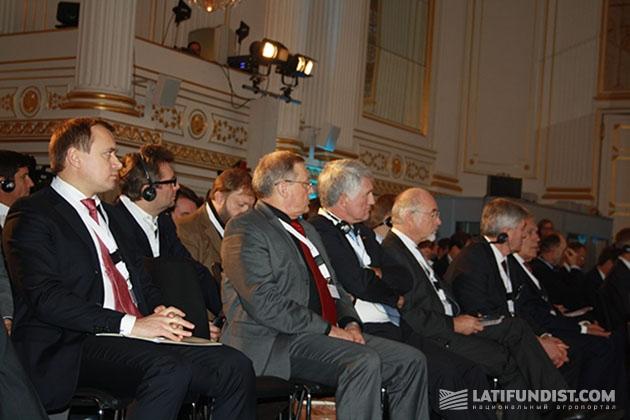 Участники форума слушают первых выступающих