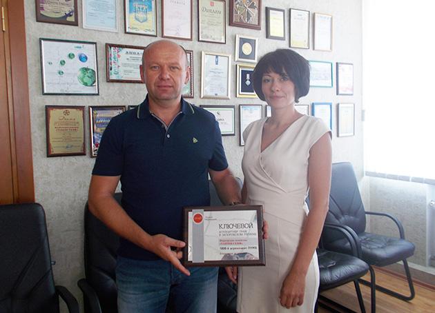 Руководитель фермерского хозяйства «Таврия-Скиф» Олег Калиман с представителем банка