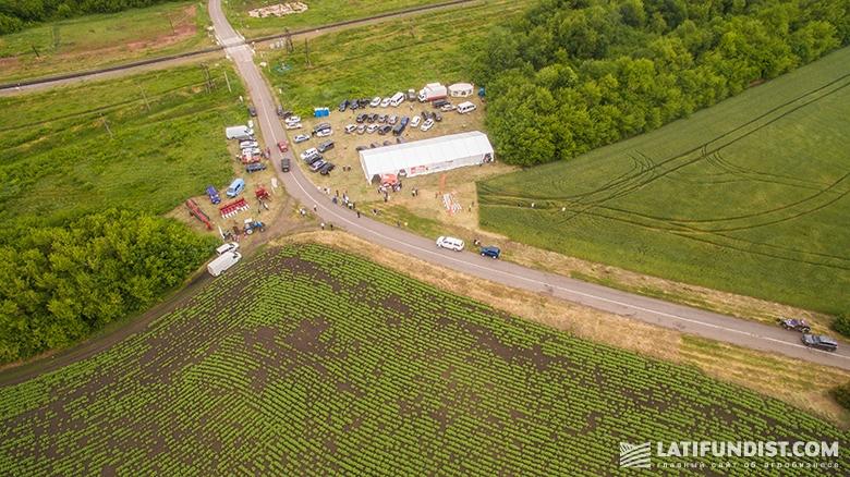 День поля в агрохолдинге LANDFORT с высоты птичьего полета
